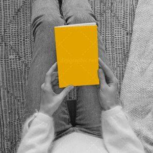 موکاپ طرح کتاب در دست