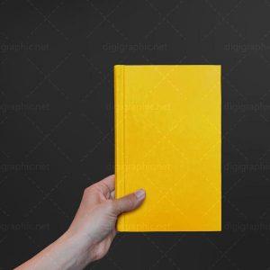 موکاپ کتاب جلد در دست
